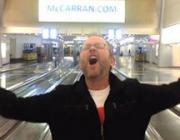 Застрявший в аэропорту мужчина за ночь снял на iPhone интернет-хит