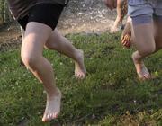 Медики рекомендуют в жару чаще гулять босиком по траве