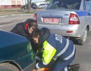 Сотрудник ГАИ отбуксировал неисправный гражданский автомобиль на ближайшую СТО