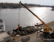 Наплавной мост в Пинске устанавливают ускоренными темпами