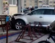 В Пинске легковушка врезалась в магазин
