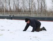 Ползком по льду через канал добираются в Давид-Городок жители Хорска