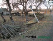 Хулиганы побили заборы и дорожные знаки в Лунинецком районе