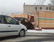 В Пинске внедорожник проломил бетонный забор