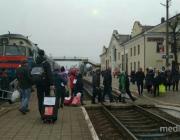 На вокзале пассажиры равнодушно проходили мимо малышки с чемоданом