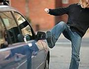 Пьяный хулиган из Давид-Городка ударил девушку и повредил машину