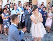 Трогательная помолвка между двух свадеб в Лунинце