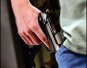 Житель Давид-Городка средь бела дня угрожал женщине пистолетом