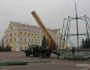 В Пинске начали устанавливать главную ёлку города