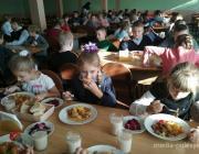 Чем кормят детей в садах и школах и сколько стоит питание