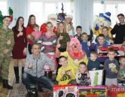 В Речице пограничники явились к детям в роли Деда Мороза, Снегурочки и Витаминки