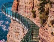 Один из знаменитых стеклянных мостов Китая треснул под ногами туристов