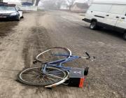 В Столине велосипедист пересекал дорогу в неустановленном месте и попал под микроавтобус