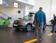 Покупаем новый автомобиль без копейки в кармане: тайный покупатель идет к дилеру Renault