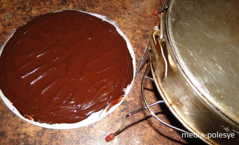 Переворачиваем бисквит (в форме) на решетку и полностью остужаем. В это время подготавливаем шоколад для украшения бортов торта