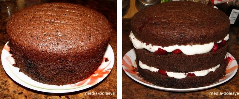 Теперь приступим к сборке торта. Первый корж пропитываем сиропом, обильно смазываем взбитыми сливками, аккуратно выкладываем ягодную прослойку и накрываем вторым коржом. Опять пропитываем корж сиропом, смазываем сливками и накрываем третьим коржом