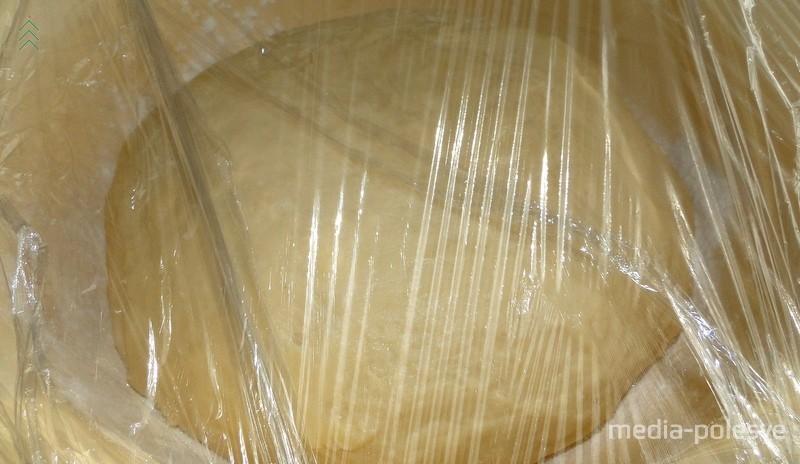 Тесто сворачиваем в шар, закрываем пищевой плёнкой и оставляем в тёплом месте на 3-5 часов