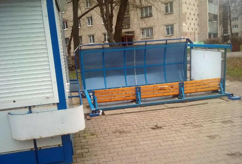 Перевёрнутая автобусная остановка на улице 60-лет Октября