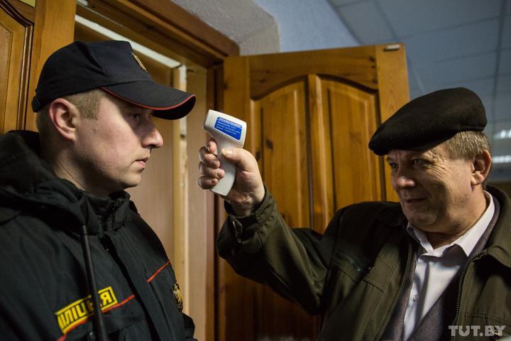 Адвокаты в судах начали измерять температуру у присутствующих в зале заседаний. Фото tut.by