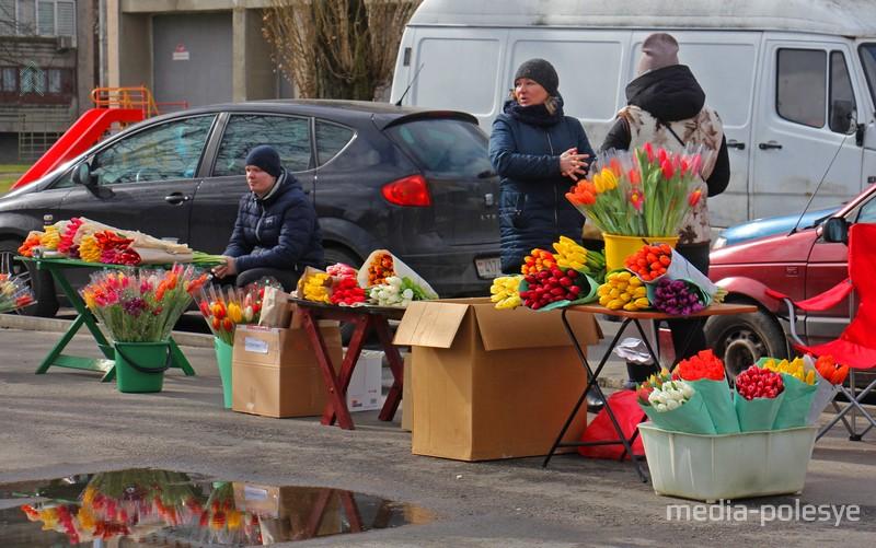 Цветочный «кирмашик» у магазина 44-й меридиан