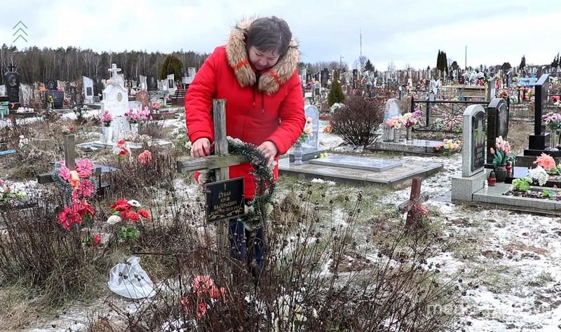 Вместо крестов — пластиковые ложечки. Пинчанка собирает деньги, чтобы облагородить могилы детей-сирот