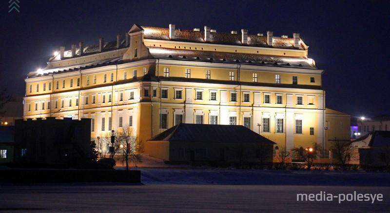 Здание бывшего коллегиума иезуитов с ночной подсветкой