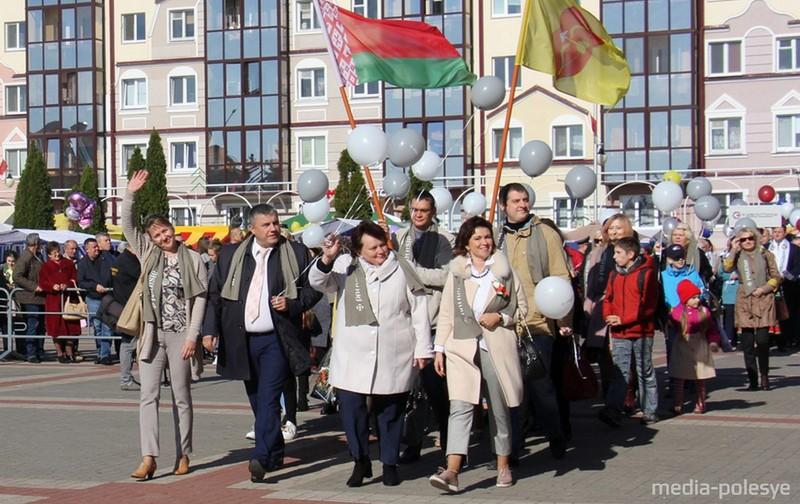 Татьяна Лугина (первая справа) на шествии трудовых коллективов. Фото из архива Медиа-Полесья