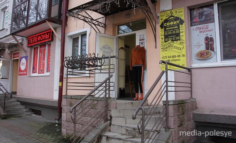 На подходе к площади Ленина на улице Брестской тоже продают б/у одежду