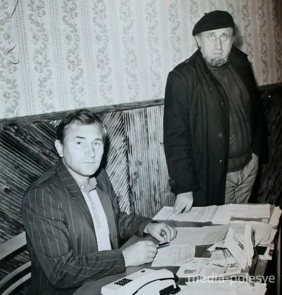 Сергей Толкачёв (стоит) в кабинете у редактора «Пинского вестника» Фёдора Сытина