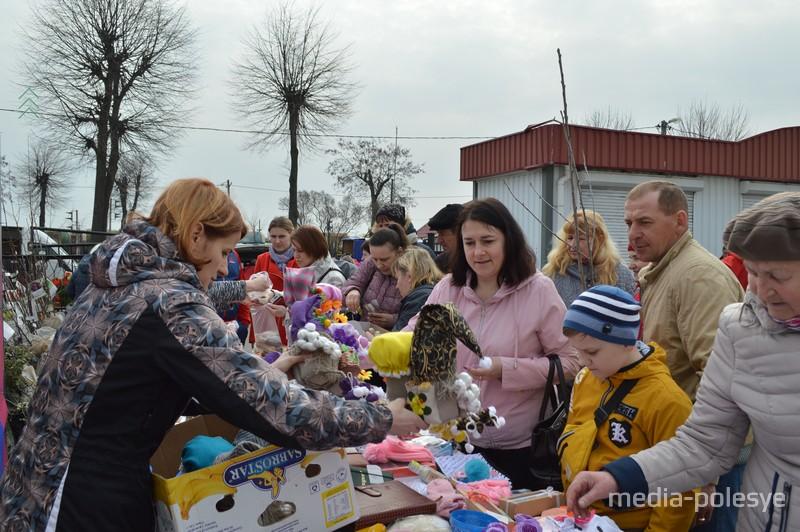 Идёт благотворительная ярмарка на городском рынке в Лунинце