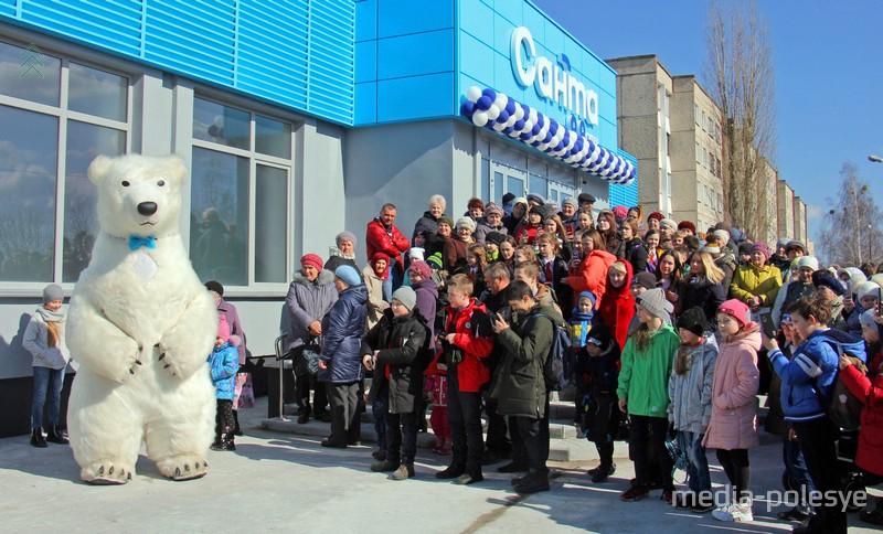 На открытии новой «Санты» в Пинске было много людей