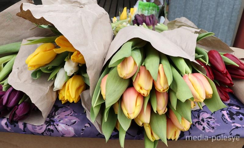 Тюльпаны бережно упаковываются в плёнку и ждут встречи со своей обладательницей