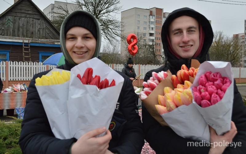 Продавцы встречают покупателей с цветами и улыбками