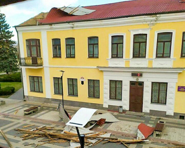 Ветер сорвал крышу на здании по улице Ленина в котором размещается одно из подразделений МЧС. Фото: группа ВКонтакте PinskSW Будь в теме