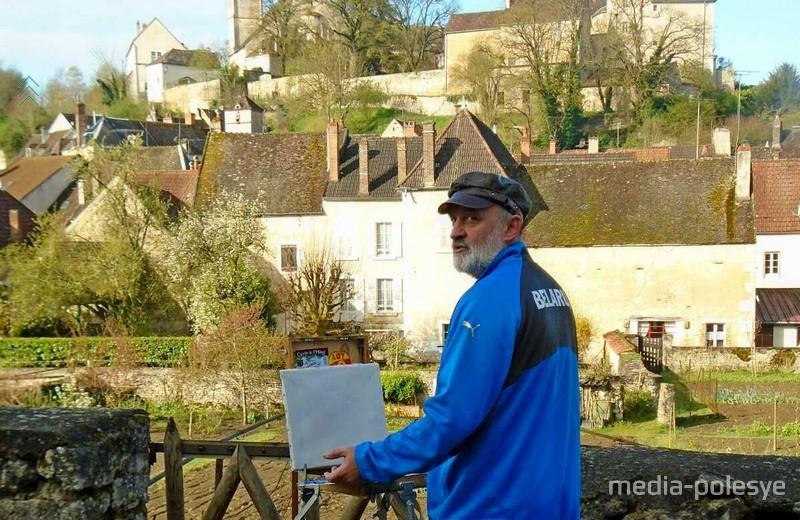 Виктор Саганович на индивидуальном пленэре во французском городе Шатель-Сеншуа