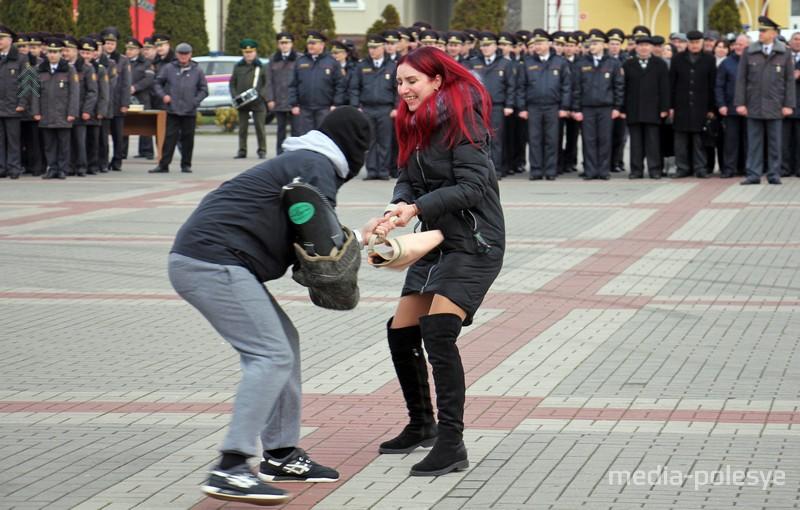 Мужчина отбирает сумочку