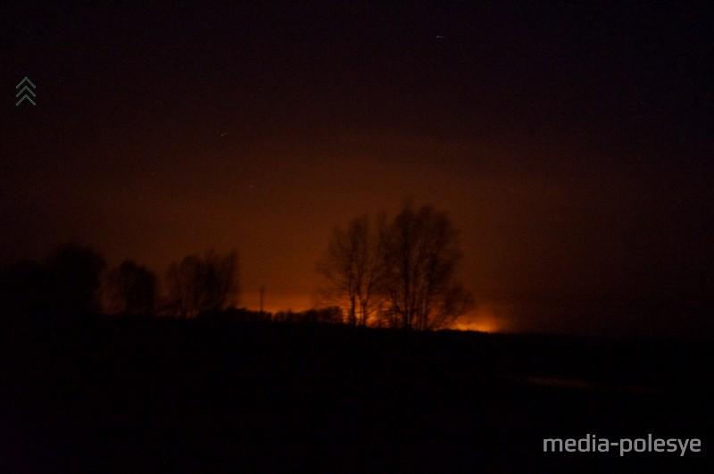 Ночью небо горит от зарева пожаров