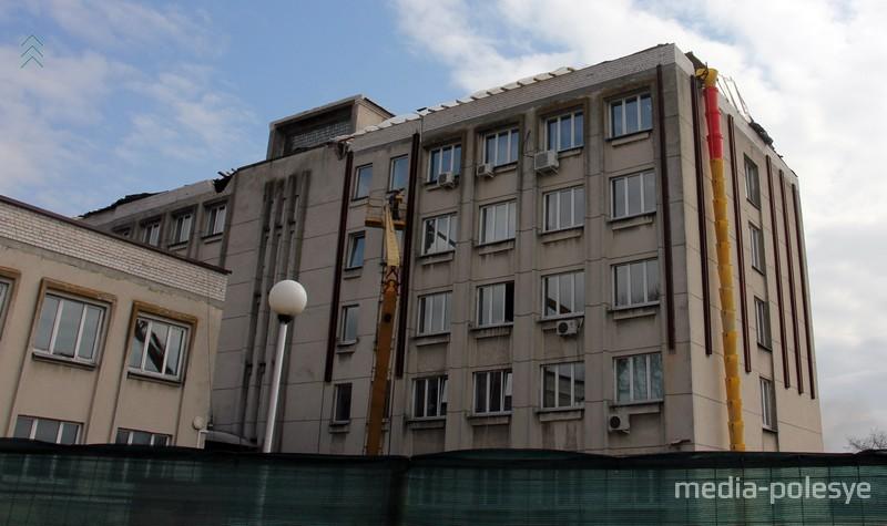 Металлическими конструкциями укрепили стены строения