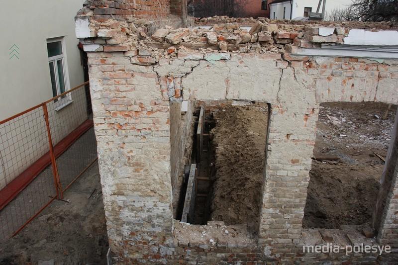 Под стены фундамента заложили опалубку