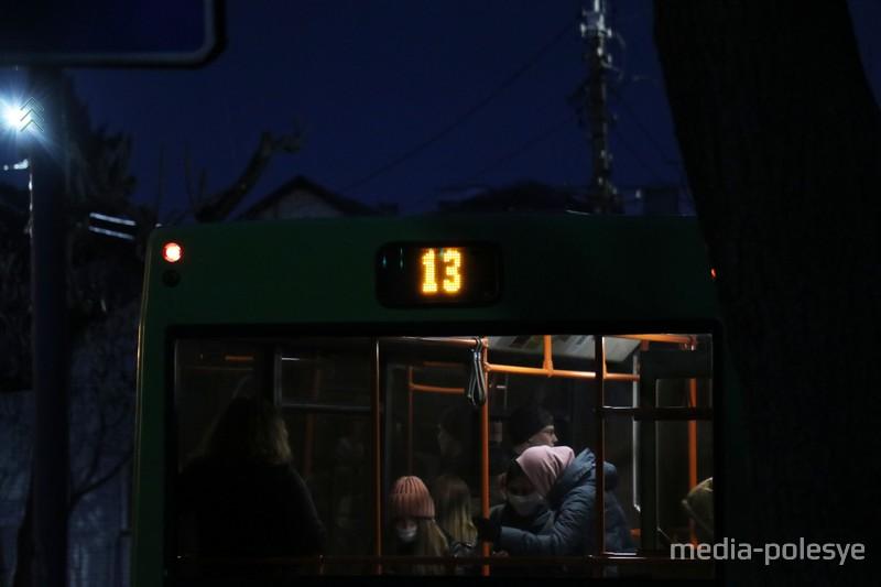 Светодиодные панели на автобусах, действительно, видно издалека