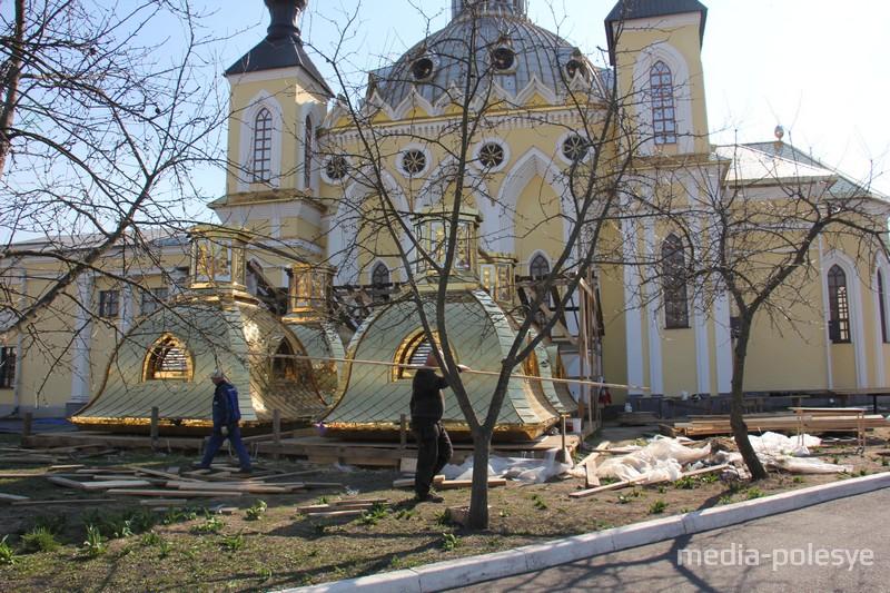 Рабочие сказали, что новые купола поднимут на храм после Пасхи