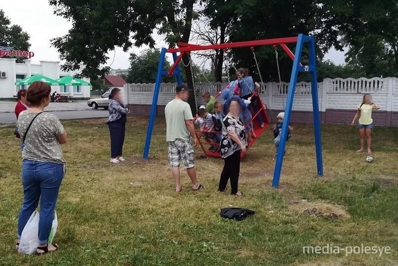 Качели у ДК «Трикотажник» облюбовали дети района