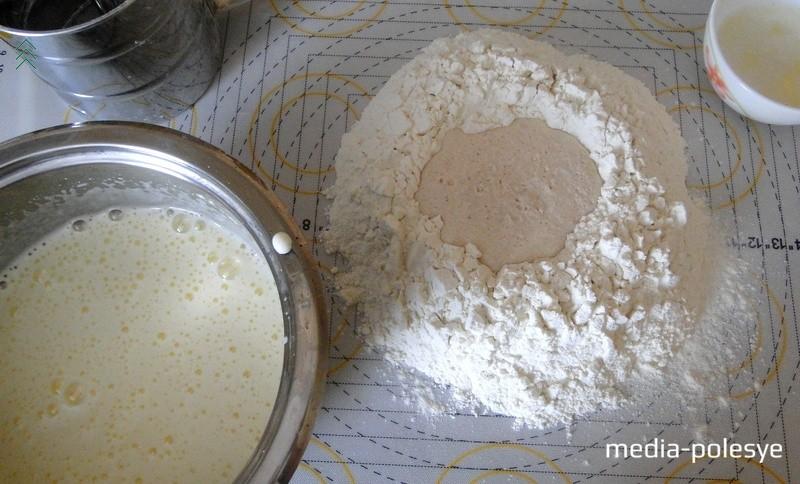 В просеянной муке делаем углубление и вливаем туда подготовленные дрожжи и яично-сахарную массу, растопленное сливочное масло, солим. Замешиваем тесто