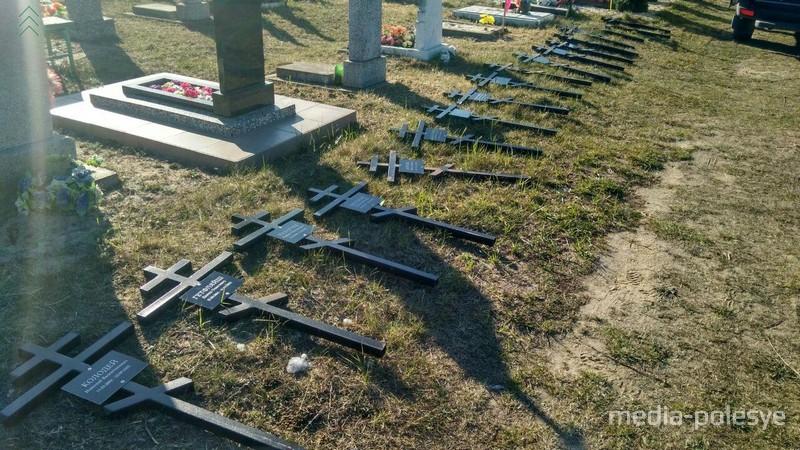 11 апреля кресты на могилах сирот начали устанавливать