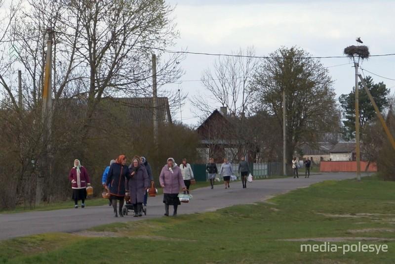 К капличке люди собираются со всей деревни