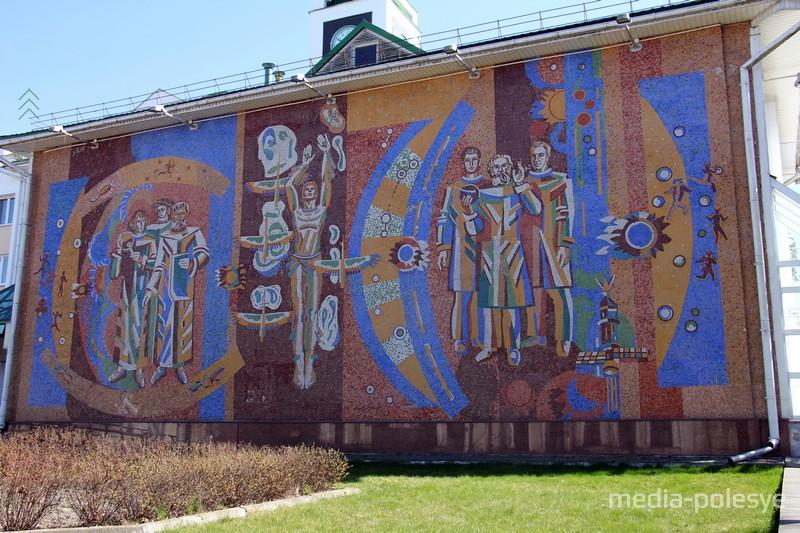 Мозаичное панно на стене корпуса ПолесГУ призывает постигать науки