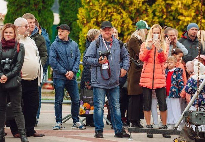Василий Мацкевич снимает фоторепортаж на празднике города, 2019 год. Фото из группы «Во-первых, я из Пинска»