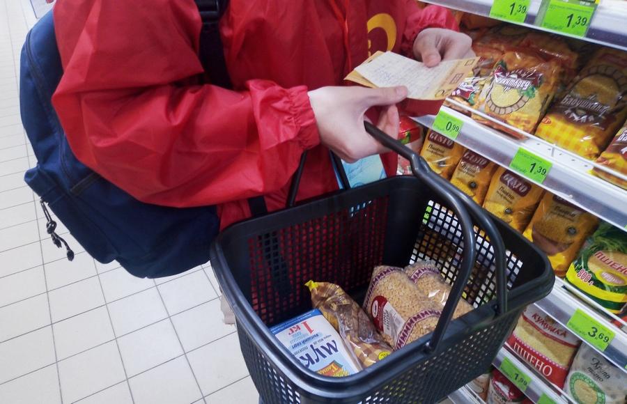 Активисты покупают продукты
