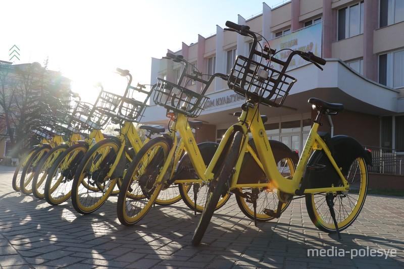 Часть велосипедов стоит у ГДК
