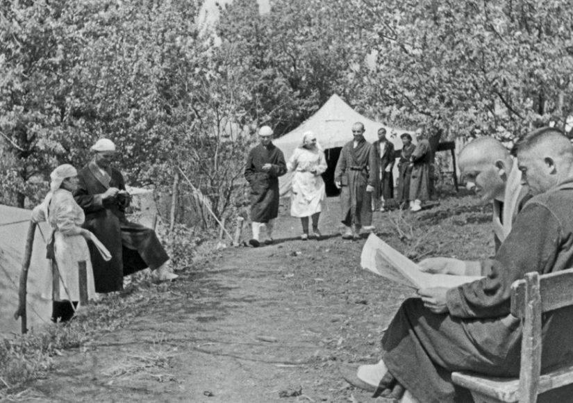 Выздоравливающие раненые в одном из полевых госпиталей на Юго-Западном фронте. 1942 год Ефим Копыт/ ТАСС